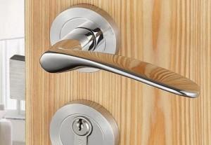 Cum sa-mi repar cu usurinta clanta de la usa?